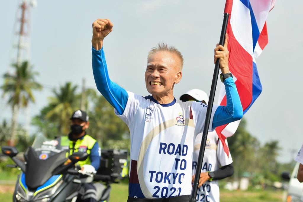 คุณปู่วัย 83 ฟิตปั๋ง วิ่งผลัดธงชาติไทยที่นครศรีฯ ฝ่าสายฝน ผ่าน 11 วัน