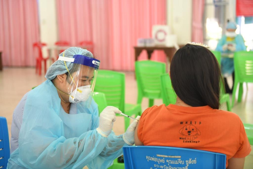ผู้ค้า-ผู้ช่วยค้าย่านตลาดบางแคทั้ง 6 แห่ง รับวัคซีนป้องกันโควิด–19 เข็มสอง