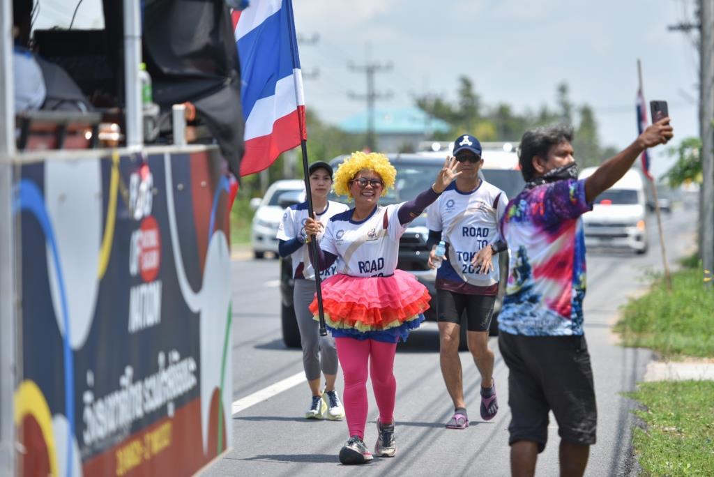 """""""เเม่ยักษ์"""" สร้างสีสันวันที่ 12 - หนุ่มใต้เอ็นฉีก กัดฟันวิ่งผลัดธงชาติไทย"""