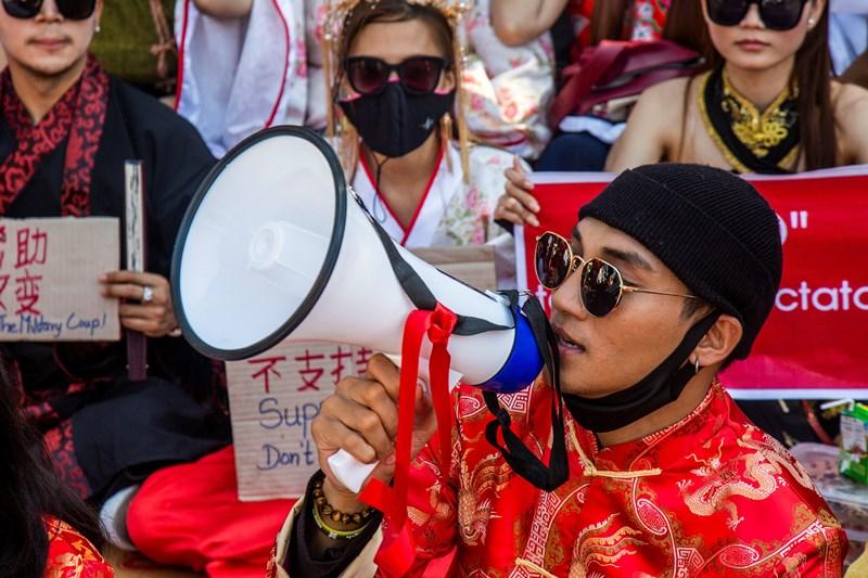 (ภาพจากแฟ้ม) ไป่ ทาคน นักแสดงและนายแบบชื่อดังของพม่า ขณะเข้าร่วมการประท้วงต่อต้านรัฐประหารยึดอำนาจ และเรียกร้องจีนอย่าสนับสนุนกองทัพพม่า ที่บริเวณหน้าสถานเอกอัครราชทูตจีนในเมืองย่างกุ้ง เมื่อวันที่ 11 กุมภาพันธ์  ทั้งนี้ น้องสาวของเขาเผยว่า พวกทหารมาจับตัวเขาไปจากบ้านแม่เมื่อตอนเช้ามืดวันพฤหัสบดี (8 เม.ย.)
