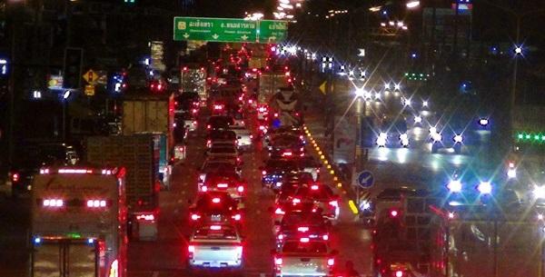 แน่นตลอดคืน! เส้นทางผ่านเมืองแปดริ้วสู่ภาคอีสานหลัง ปชช.แห่กลับบ้านเชื่่อวันนี้แน่นอีก
