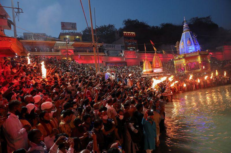 """ผู้ติดเชื้ออินเดียพุ่งแซงหน้าบราซิล ขณะคนแห่แน่น """"แม่น้ำคงคา"""" ในเทศกาลศักด์สิทธิ์"""