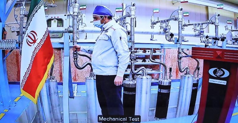ภาพแสดงให้เห็นมุมหนึ่งในโรงงานเพิ่มสมรรถนะยูเรเนียมที่เมืองนาตันซ์ของอิหร่าน ระหว่างการประชุมทางไกลที่มีประธานาธิบดีฮัสซัน รูฮานี เป็นประธาน เนื่องในวันวันเทคโนโลยีนิวเคลียร์แห่งชาติของอิหร่าน (ภาพเผยแพร่โดยสำนักประธานาธิบดีอิหร่าน ในวันที่ 10 เม.ย.)