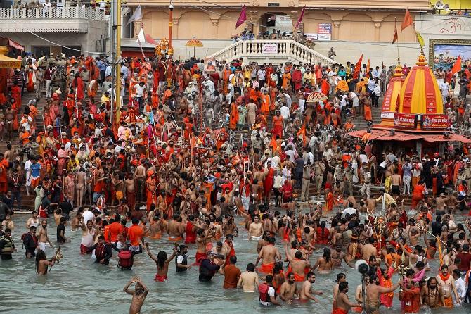 ผงะ!คนอินเดียหลายล้านแห่ร่วมพิธีอาบน้ำศักดิ์สิทธิ์ เมินติดเชื้อโควิดรายวันสูงสุดในโลก1.6แสน