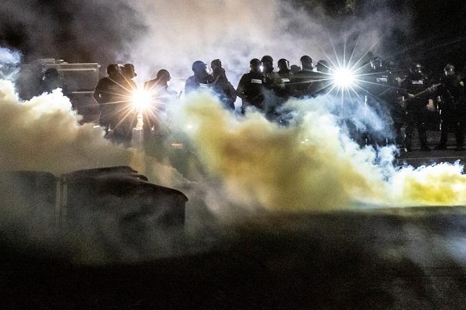 แม่แบบ!จนท.สหรัฐฯยิงระเบิดแสง-แก๊สน้ำตาสลาย ม็อบฝ่าเคอร์ฟิวประท้วงตร.ยิงคนดำตาย(ชมคลิป)