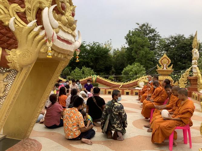 วันครอบครัวประชาชนเข้าวัดสรงน้ำกระดูกบรรพบุรุษสืบประเพณีปีใหม่ไทย