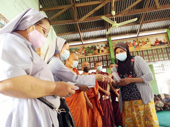 ซึ้ง! ท่ามกลางระเบิดและห่ากระสุนในพม่า ยังพบเห็นธารน้ำใจที่ไม่แบ่งแยกศาสนา