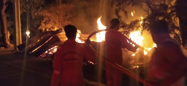 ไฟไหม้ร้านขายของชำวอดขณะเจ้าของร้านไปทำบุญสงกรานต์ต่างจังหวัด