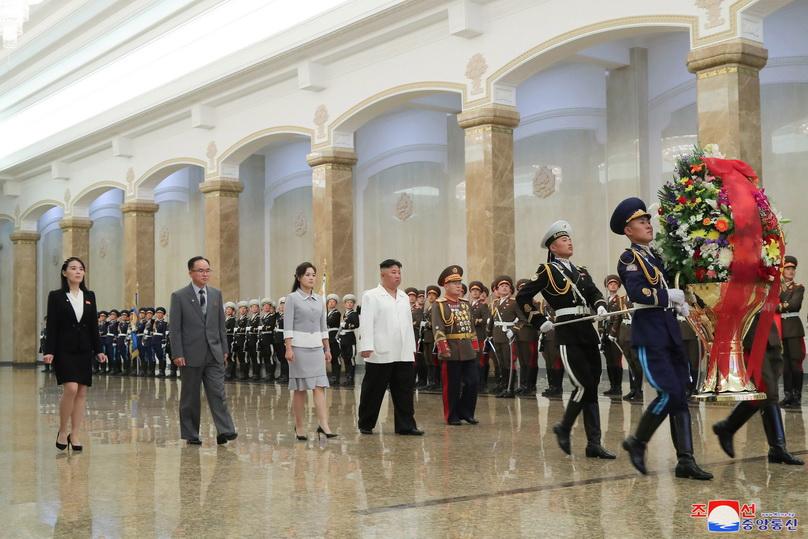 'ผู้นำคิม' ควงภรรยาเยี่ยมสุสาน 'คิม อิลซุง' ฉลองวันเกิดผู้ก่อตั้งประเทศ