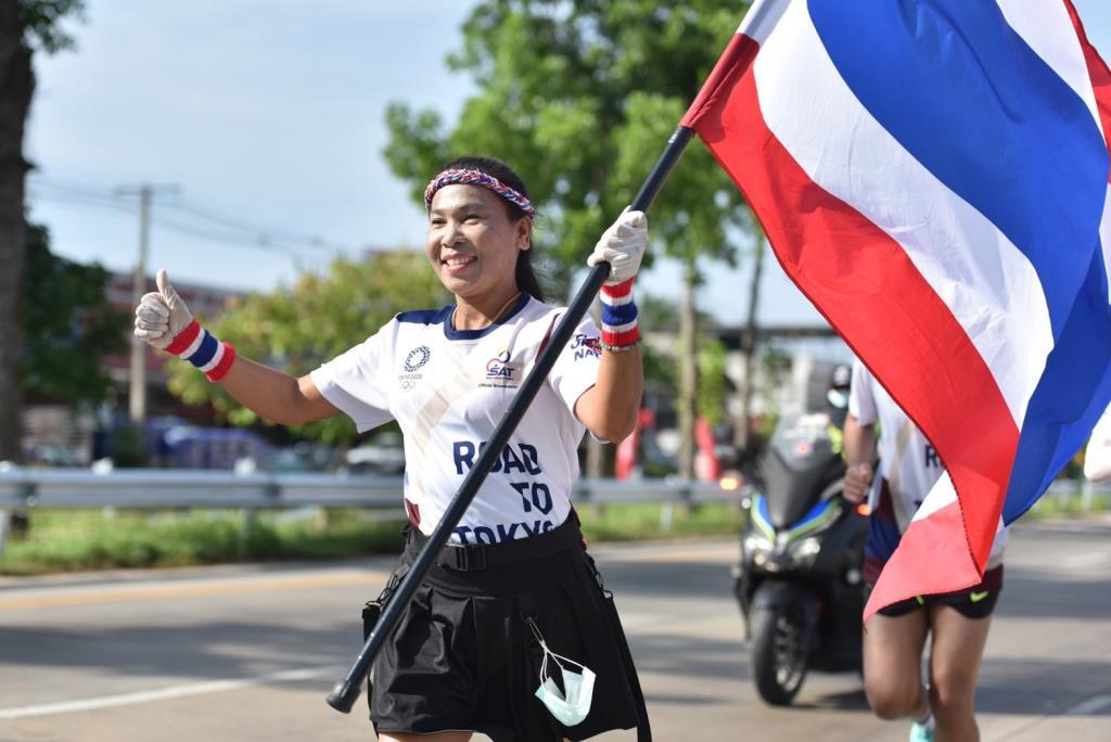 วิ่งผลัดธงชาติไทยที่ชุมพรสุดคึกคัก! นักวิ่งสวมถุงมือยาง เว้นระระห่าง ป้องกันโควิด-19 รวมพลังช่วยภารกิจลุล่วง