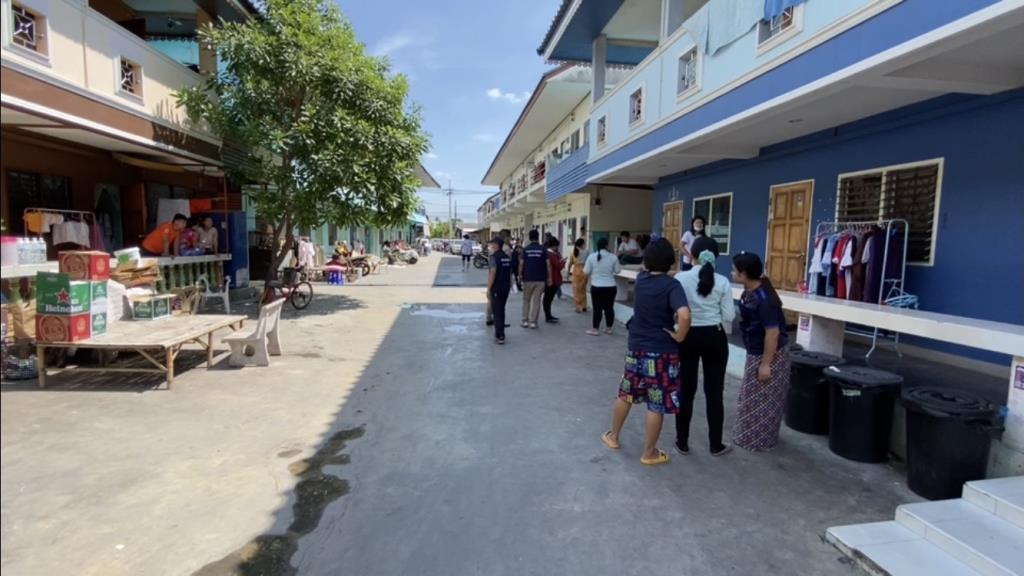 ฝ่ายปกครอง-ตร.บุกตรวจหอพักแรงงานพม่าย่านบางใหญ่ หลังมีคลิปหลุดฉลองสงกรานต์