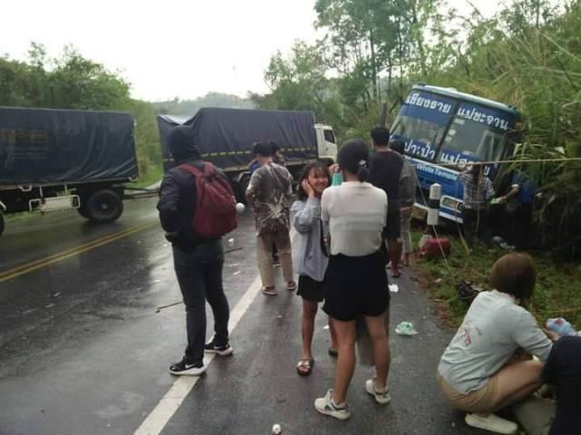 หวิดสลด!ฝนตกถนน ทล.118 เชียงราย-เชียงใหม่ลื่น รถพ่วงชนรถเมล์พังยับ-คนเจ็บระนาว