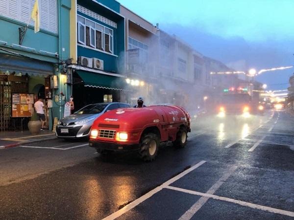 ยอดติดเชื้อโควิดภูเก็ตพุ่ง อบจ.ร่วม ทน.ภูเก็ต ฉีดพ่นน้ำยาฆ่าเชื้อย่านเมืองเก่า สร้างความมั่นใจประชาชน-นักท่องเที่ยว
