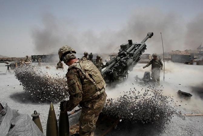 (แฟ้มภาพ) ทหารสหรัฐฯกำลังยิงปืนใหญ่เข้าใส่ฐานที่มั่นแห่งหนึ่งในจังหยัดกันดาฮาร์ ทางภาคใต้ของอัฟกานิสถาน เมื่อวันที่ 12 มิถุนายน 2011