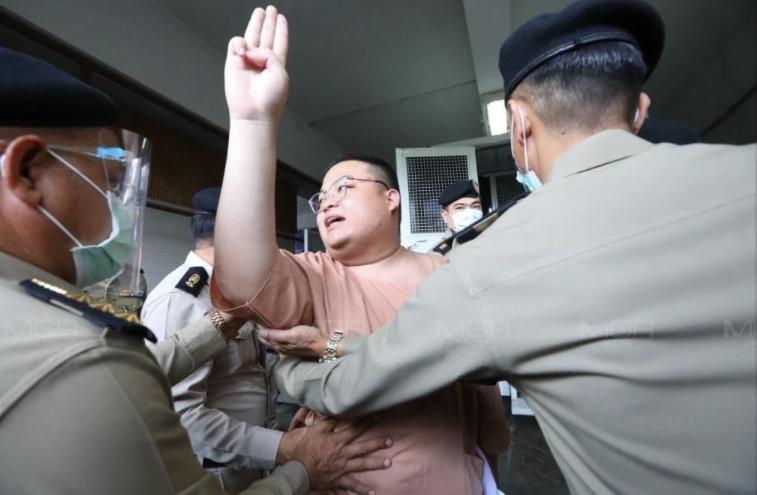 """ศาลเบิกตัว """"เพนกวิน""""จากเรือนจำพิเศษกรุงเทพฯ เพื่อตรวจหลักฐานคดีหมิ่นเบื้องสูง"""
