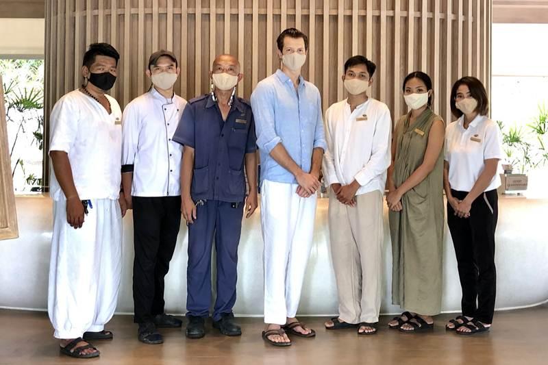 ทิโม เคว้นซ์ลี่ พร้อมด้วยพนักงานโรงแรมเคป ฟาน เกาะสมุย ฉีดวัคซีนป้องกันโควิด-19
