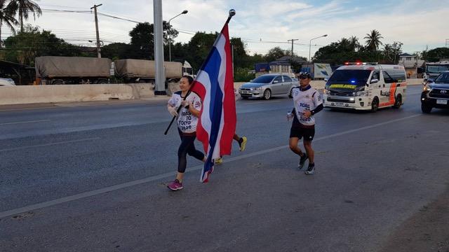 นักวิ่งธงชาติไทยโตเกียวโอลิมปิก ถึงเมืองชะอำ ก่อนปล่อยตัวมุ่งหน้าสู้ราชบุรี ระยะ ทาง 91 กิโลเมตร