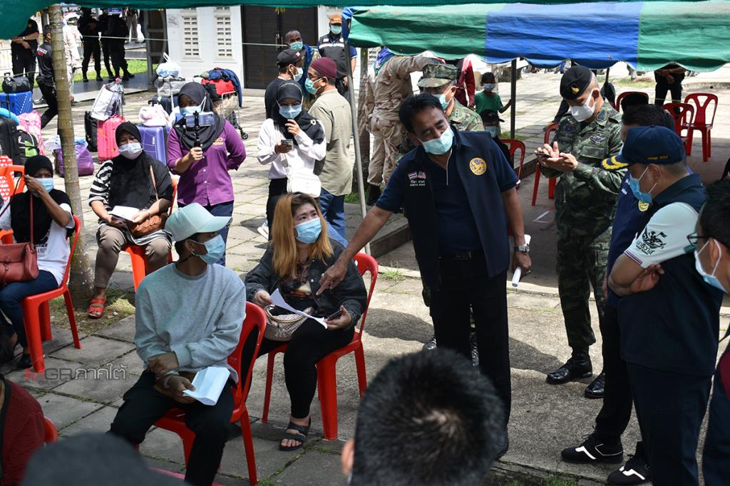 พ่อเมืองนราฯ ติดตามขั้นตอนคัดกรองโรคคนไทย ขณะเดินทางผ่านด่านสุไหงโก-ลก