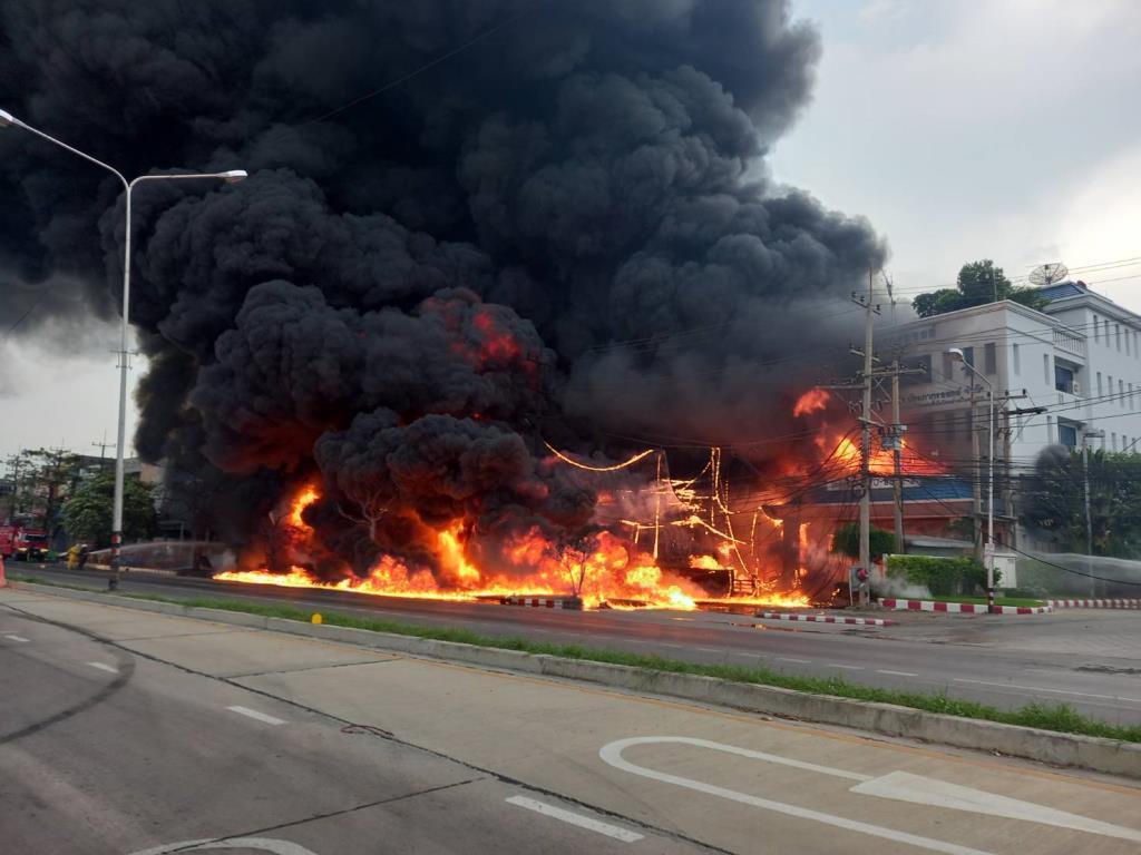 เพลิงไหม้ โรงเก็บน้ำมัน ถนนเพชรเกษม ห่างตลาดอ้อมใหญ่ 1 กม. จนท.ดับเพลิง เร่งดำเนินการ