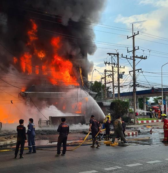 เพลิงไหม้โกดังน้ำมันริมถนนเพชรเกษม  ชาวบ้านหนีตายอลหม่าน