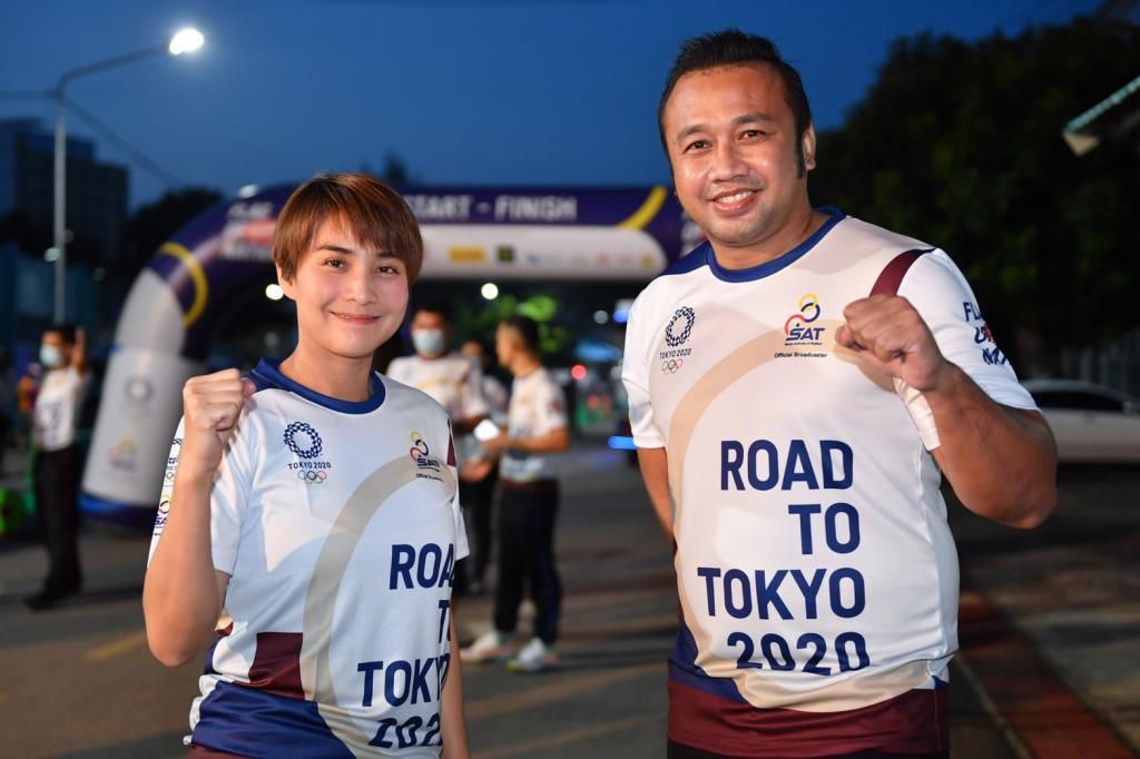 """อดีตฮีโร่โอลิมปิกเอเธนส์เกมส์ """"มนัส-เยาวภา"""" ร่วมส่งกำลังใจ วิ่งธงชาติไทยวันที่ 26"""