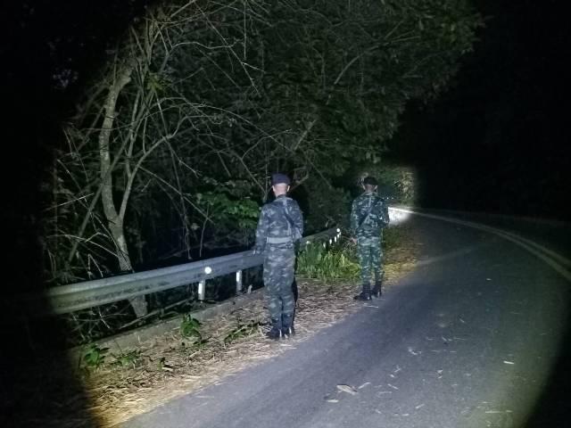 เจอเต็มตา!หนุ่มพม่าซุ่มริมฝั่งน้ำสายหาจังหวะลอบเข้าไทย ทหารต้องคุมเข้มหวั่นทำโควิดลามเพิ่ม