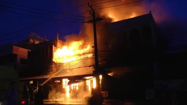 หนีตายโกลาหล!ไฟไหม้ร้านวัสดุก่อสร้าง-เครื่องสังฆภัณฑ์กลางทัพทัน หวิดลามเผาร้านแก๊ส-บ้านใกล้เคียง