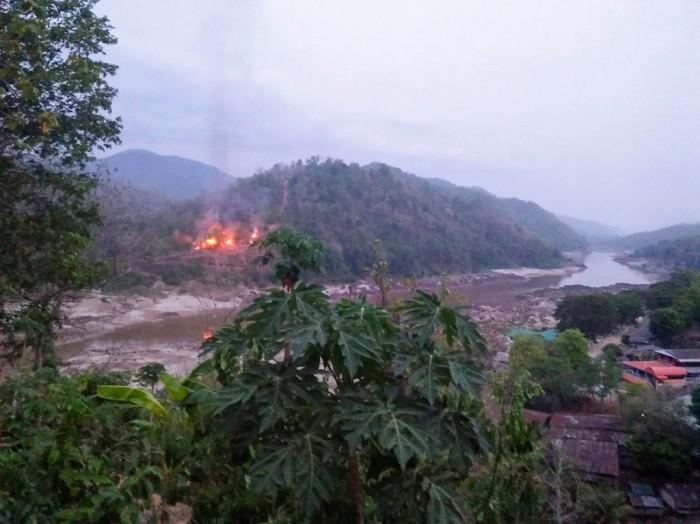 เสียงปืนดังสนั่น กองกำลัง KNU เปิดฉากโจมตีเข้ายึดฐานทหารพม่าใกล้ชายแดนไทยแต่เช้ามืด