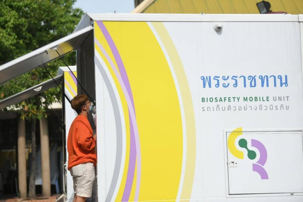 นำรถพระราชทานตรวจเชิงรุกโควิด-19 เขตคลองเตย พร้อมจัดรถส่งผู้ป่วยตกค้างเข้ารับการรักษา