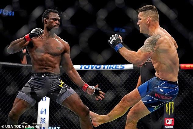 เหลือเชื่อ! คริส ไวด์แมน ขาหักใน UFC 261! / ลักษมณ์ นันทิวัชรินทร์