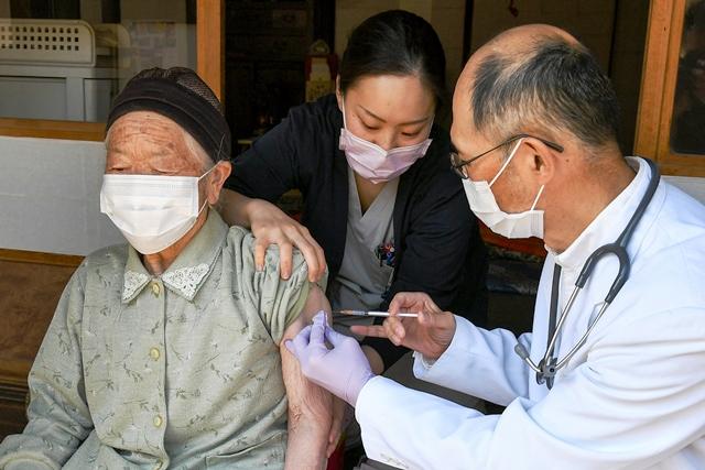 """ญี่ปุ่นให้กองกำลังป้องกันตนเองตั้ง """"ศูนย์ฉีดวัคซีนขนาดใหญ่"""" แก้ปัญหาฉีดวัคซีนล่าช้า"""