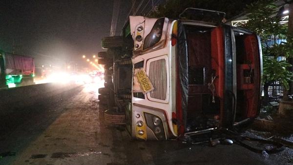 หวิดสลด!รถบัสรับส่งพนักงานพลิกคว่ำบาดเจ็บระนาว