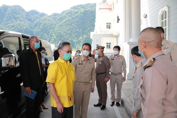 ประธานรัฐสภาลงพื้นที่พังงา มอบหน้ากากอนามัย ให้กำลังใจเจ้าหน้าที่