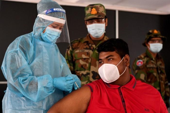 กัมพูชาระดมกำลังทหารเข้าคุมฉีดวัคซีนให้ประชาชนเร่งสกัดโควิดระบาด