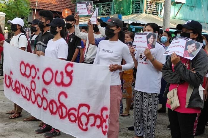 ชาวพม่าเดินขบวนครบรอบ 3 เดือนรัฐประหาร ท่ามกลางเสียงระเบิดดังในย่างกุ้ง