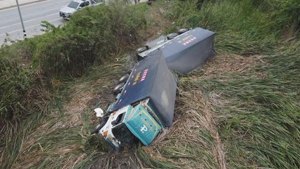 สลด ! รถบรรทุกพ่วง 18 ล้อ เสียหลักพลิกคว่ำตกคูน้ำข้างทาง คนขับหมดสติจมน้ำเสียชีวิต