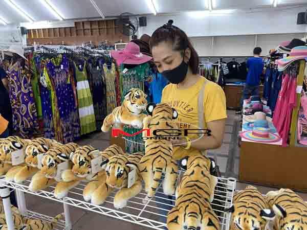 """คนแห่ซื้อ """"ตุ๊กตาเสือ"""" สัญลักษณ์สวนเสือศรีราชา ดันยอดขายพุ่ง 500 ตัวต่อวัน"""