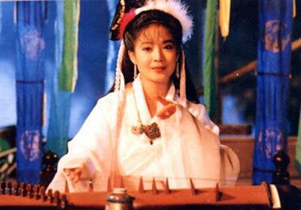 """อี๋ว์เสี่ยวฟาน (???) สวมบทผีสาว """"เนี่ยเสี่ยวเชี่ยน""""  ที่สร้างเป็นซีรีส์ (ละครจบในตอน) ปี  1994"""