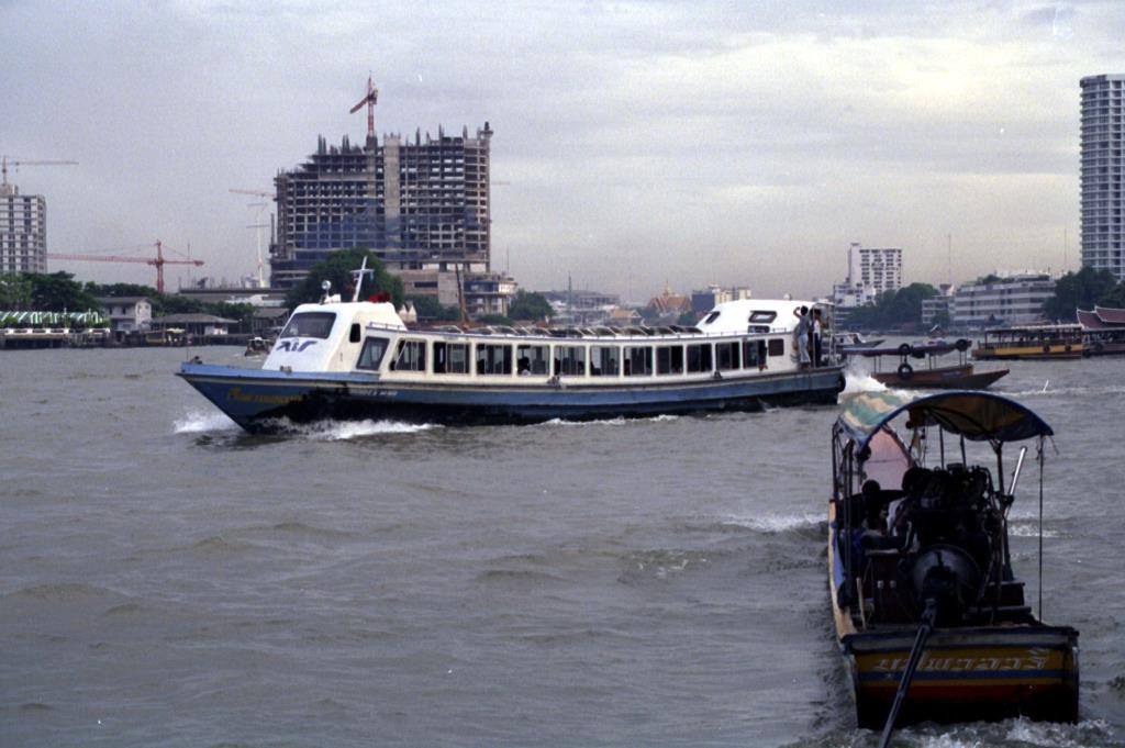 เรือด่วนแหลมทอง ปี 2536 (ภาพจาก Ian Lynas / flickr.com)