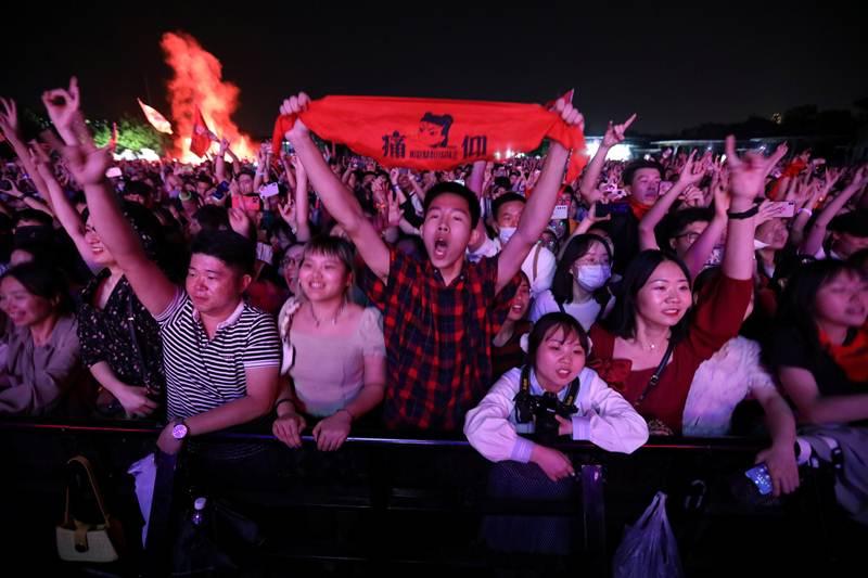 คลื่นฝูงชนชาวจีน กำลังชมคอนเสิร์ตวงร็อก Strawberry Music Festival อย่างสนุกสนานสุดเหวี่ยง ในนครอู่ฮั่น มณฑลหูเป่ย ระหว่างวันหยุดแรงงาน ภาพวันที่ 1 พ.ค.2021  (แฟ้มภาพจากรอยเตอร์ส)