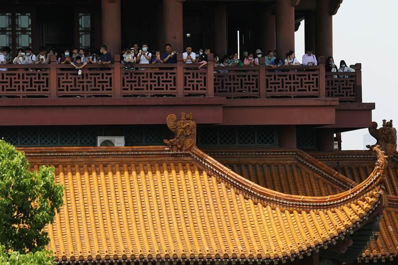 กลุ่มนักท่องเที่ยวจีนบนหอนกกระเรียนเหลือง นครอู่ฮั่น ระหว่างวันหยุดแรงงาน ภาพวันที่ 2 พ.ค.2021  (แฟ้มภาพจากรอยเตอร์ส)