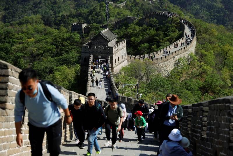 กลุ่มนักท่องเที่ยวทที่มาเที่ยวกำแพงเมืองจีน ส่วนมู่เถียนอี้ว์ ชานเมืองปักกิ่ง ระหว่างวันหยุดแรงงาน ภาพวันที่ 2 พ.ค.2021  (แฟ้มภาพจากรอยเตอร์ส)