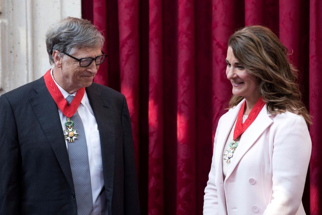 """บิล เกตส์ (Bill Gates) ผู้ก่อตั้งไมโครซอฟท์ และอดีตภรรยา """"เมลินดา"""" (Melinda Gates) ขณะรับรางวัลเกียรติยศ Commanders of the Legion of Honor ที่ฝรังเศส ในปี 2017"""