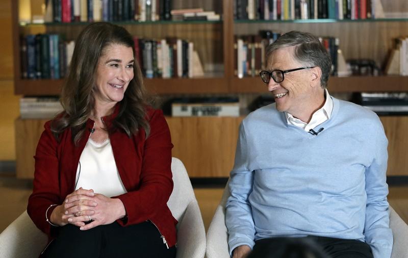 (ภาพจากแฟ้มถ่ายเมื่อ 1 ก.พ. 2019) บิลล์ และ เมลินดา เกตส์ ยิ้มแย้มให้แก่กัน ระหว่างให้สัมภาษณ์สำนักข่าวเอพี ที่เมืองเคิร์คแลนด์ รัฐวอชิงตัน สหรัฐฯ  ทั้งคู่ประกาศในวันจันทร์ (3 พ.ค.) ว่าตกลงหย่าขาดกันแล้วภายหลังแต่งงานกันมา 27 ปี