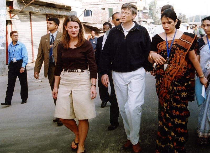 (ภาพจากแฟ้มถ่ายเมื่อ 5 ธ.ค. 2005) บิลล์ และ เมลินดา เกตส์ เดินไปตามถนนในกรุงธากา, บังกลาเทศ