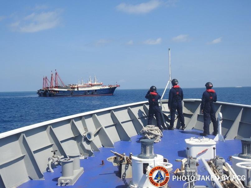 หน่วยยามฝั่งฟิลิปปินส์เข้าไปสังเกตการณ์ใกล้ๆ กองเรือหลายลำที่เชื่อว่าน่าจะเป็นเรือติดอาวุธของจีนบริเวณแนวปะการังซาบินา (Sabina Shoal) ในทะเลจีนใต้ ภาพเผยแพร่โดยหน่วยยามฝั่งฟิลิปปินส์ เมื่อวันที่ 5 พ.ค. (Photo: Philippine Coast Guard/Handout via REUTERS)