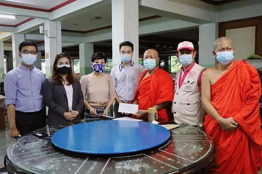 มูลนิธิชิน โสภณพนิช มอบเงินห้าแสนบาทให้ศูนย์พักคอยวัดสะพาน คลองเตย ผ่าน ศปฉ.ปชป. ช่วยผู้ป่วยโควิด-19 รอส่งต่อ