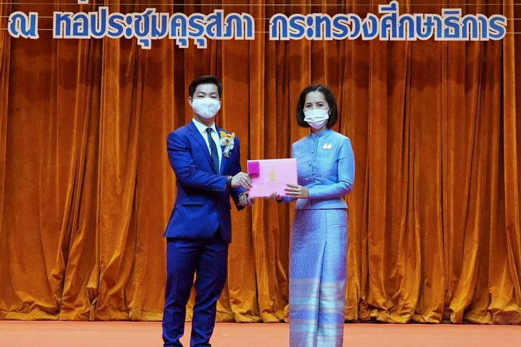 กลุ่มบริษัท คิง เพาเวอร์ รับประกาศเกียรติคุณบัตรและเข็มที่ระลึก เสมาคุณูปการ มุ่งส่งเสริมและพัฒนาทักษะด้านกีฬาฟุตบอลเยาวชนไทย