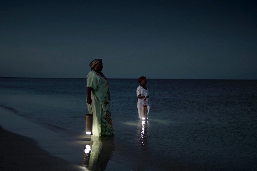WaterLight : โคมไฟชาร์จด้วยน้ำทะเล (ปัสสาวะก็ใช้ได้) ไอเดียบรรเจิดช่วยแก้ปัญหาชุมชนโคลอมเบียไม่มีไฟฟ้า