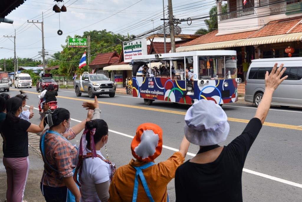 วิ่งธงชาติไทย ทะลุ 3,000 กม. ในวันที่ 40 ขบวนรถแห่ธงไตรรงค์ยิ่งใหญ่ทั่วเมืองแพร่
